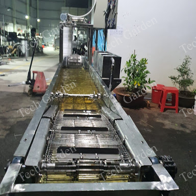Conveyor frying scorched rice machine